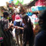 Lawan Covid-19, GUSDURian Blitar Bagikan Hand Sanitizer ke Pedagang Pasar Wlingi