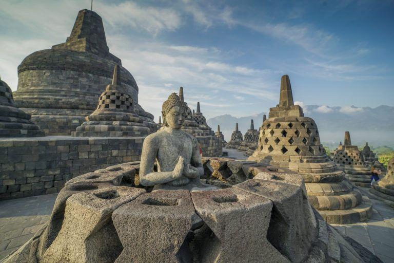 "Agama Buddha Memiliki ""Tuhan"" Berkat Islam di Indonesia"